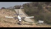 超牛!飞机机头朝下翻山降落,跑道有650米!