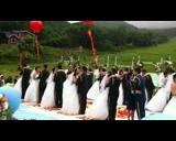 【拍客】吉林25对军人集体婚礼电动车队迎亲低碳环保树新风