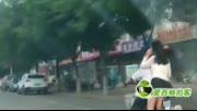 【拍客】实拍奇葩女子乘电动车,一路春光泄露
