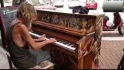 流浪汉街头弹钢琴 火遍全球
