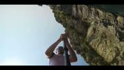 国外牛人用生命玩极限悬崖跳水
