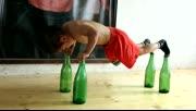 从小就开挂!小朋友酒瓶上做俯卧撑