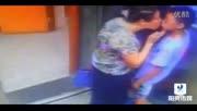 不忍直视!监控实拍少年电梯内遭老大妈强吻 标清