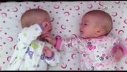 萌翻了!双胞胎宝宝咿咿呀呀认真对话