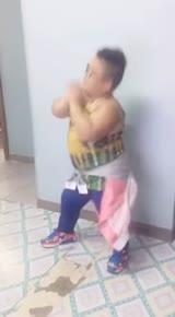 妖娆的小胖墩跳贾斯汀比伯舞蹈