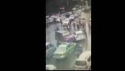 越野车怒撞小汽车 成都街头上演全武行