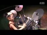 小女孩表演架子鼓