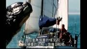 鲸鱼跃出水面将游艇砸的粉碎