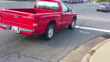 男子驾车疯狂撞击警车