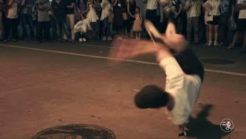 别问我为什么跪着,因为这个小哥哥跳街舞太酷炫了!