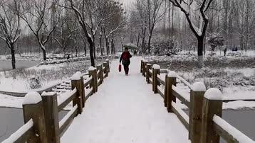 踏着白雪过小桥