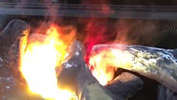 伏羲壁炉 柴堆上火焰熊熊 火锅店 木柴