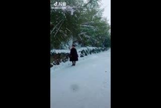 刘清沨拍摄雪景写真的背后这个工作人员把我逗得笑死了