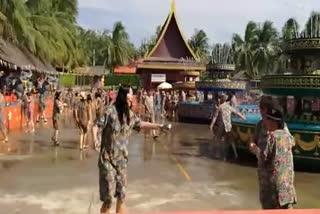 泰国风情园婚庆泼水与游客互动