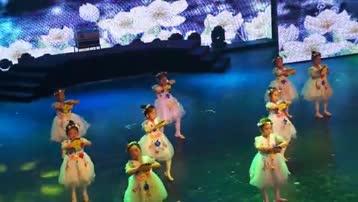 童舞《微笑的季节》由中国舞3级c班表演