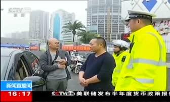 """2月25日 16点新闻 海南海口 坚守路面疏导 交警晒成""""焦""""警"""