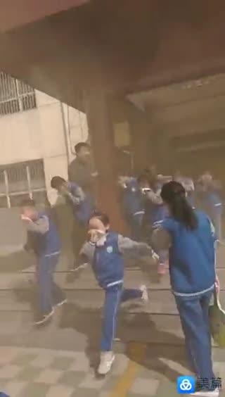 """2018离石""""南关小学""""消防紧急疏散演练快速行动中"""