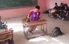 熊孩子用课桌玩漂移