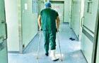 医生受伤打着石膏上手术台