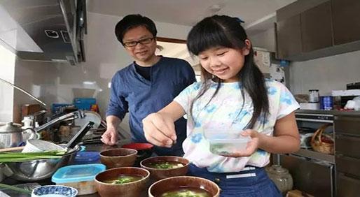 妈妈逼4岁女儿每天做菜,原因感动无数人