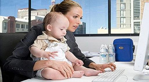 职场妈妈带着孩子上下班 在上海成现实