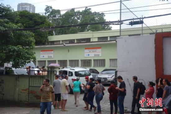图为巴西民众在圣保罗一个社区卫生防疫站排队接种疫苗预防黄热病。中新社记者 莫成雄 摄