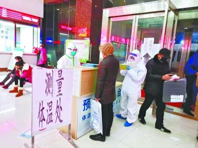 25日,到汉口医院发热门诊接受治疗检查的市民较前几天大幅减少,排队人数不多且秩序井然 长江日报记者柯美学 摄