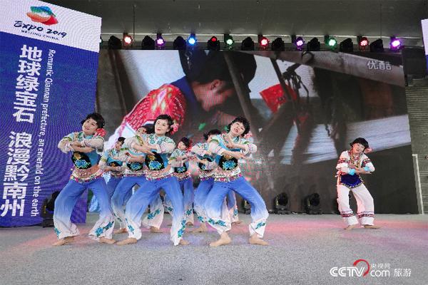 布依族女子群舞《织》。(摄影:沈洁)