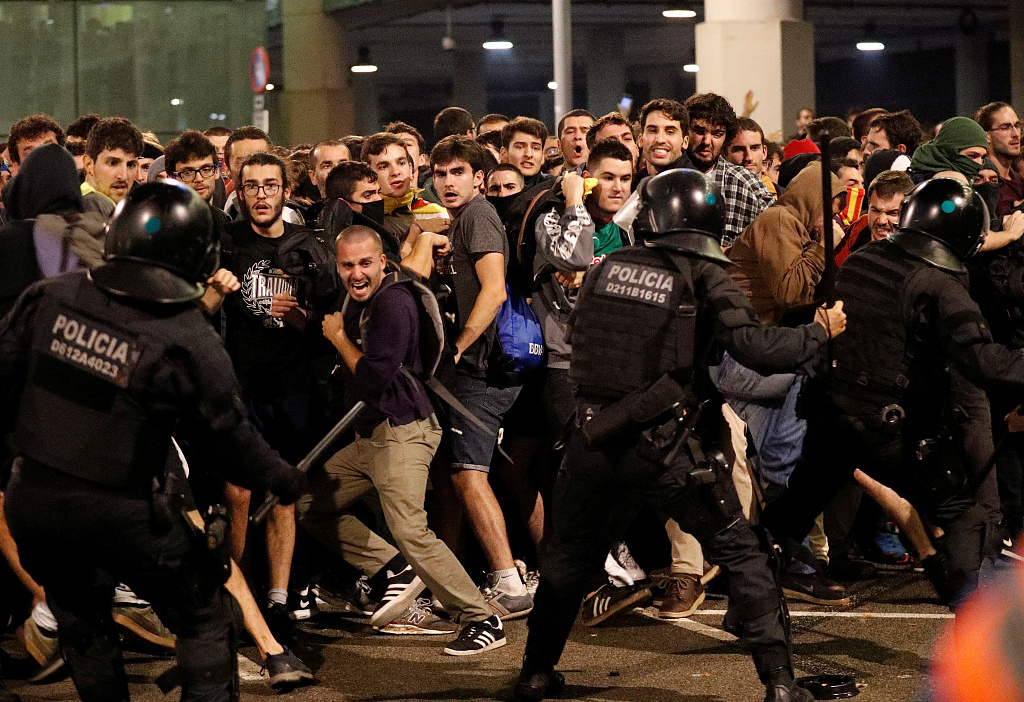 Protesters clash with police officers as they demonstrate at the airport, after a verdict in a trial over a banned independence referendum, in Barcelona, Spain, October 14, 2019. /VCG Photo