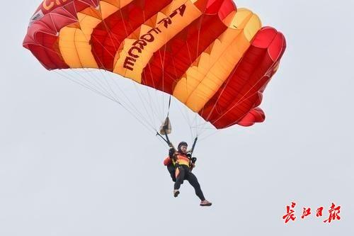 原标题:跳伞:三大项目的高度与次数不同,观看跳伞比赛要带上望远镜