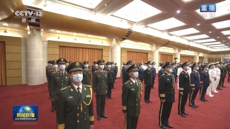 中央军委举行授予荣誉称号仪式 习近平向获得荣誉称号的单位颁授奖旗
