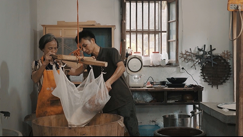 """《人间有味》第11集:为保游水豆腐""""净味""""他数次搬家追求水源"""