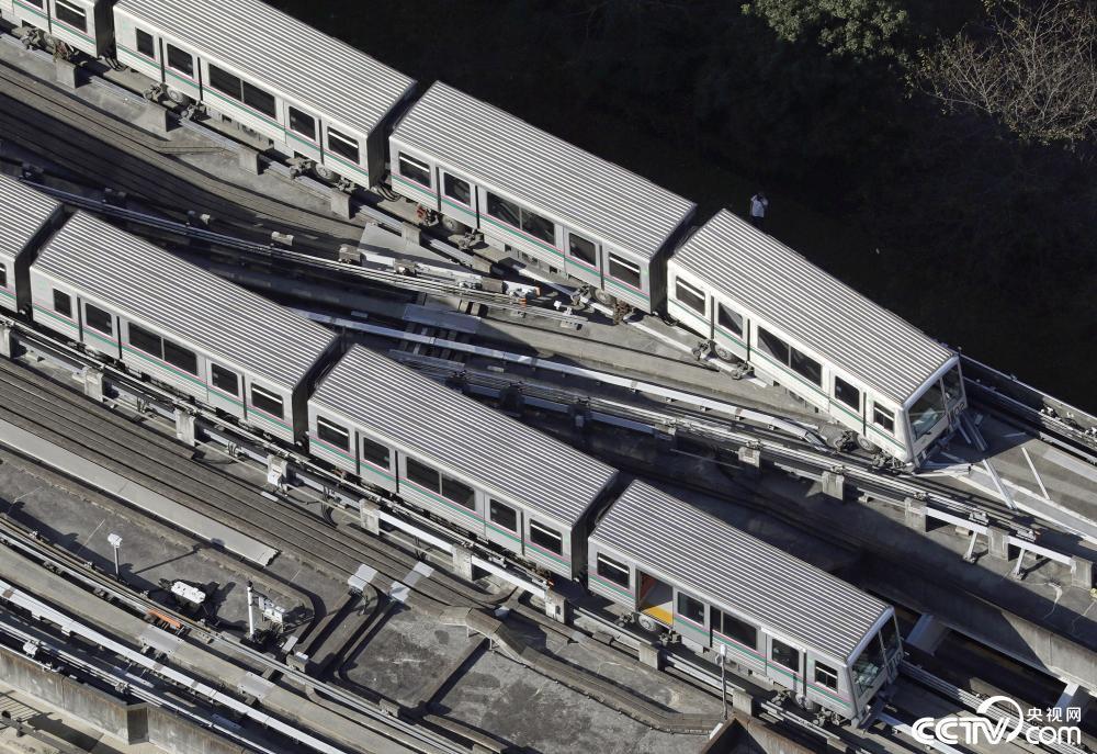 日本首都圈地震致52人受伤 一列电车脱轨