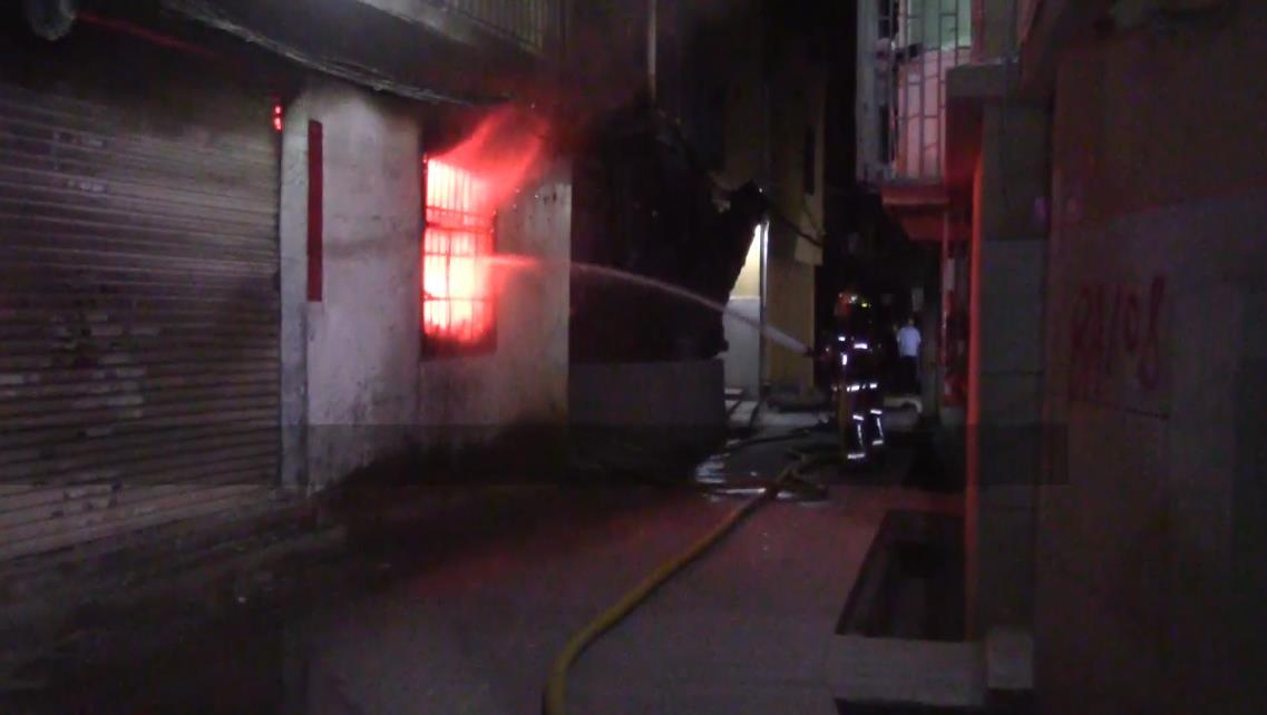 凌晨五通一房子着火 消防紧急处置 00:00:33