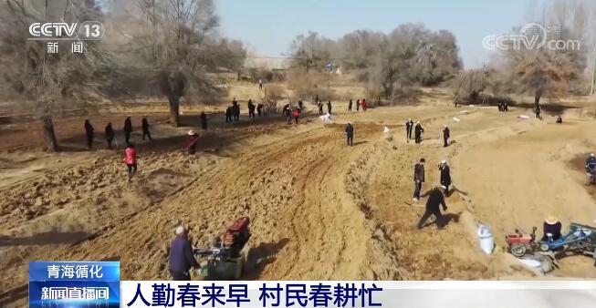 播种机在田间来回穿梭 青海省循化县村民春耕忙