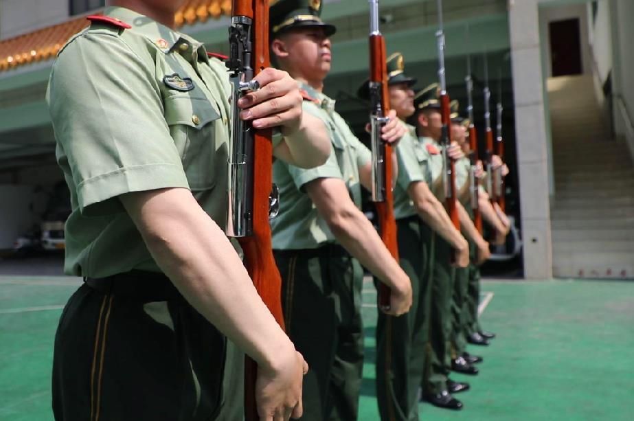 国旗班战士进行托枪定位训练。摄影:董亚涛