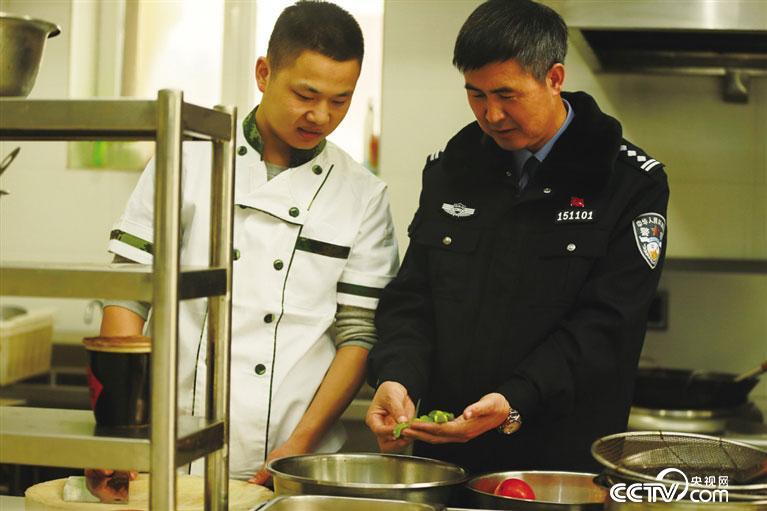 赵永前在食堂准备节日饮食。