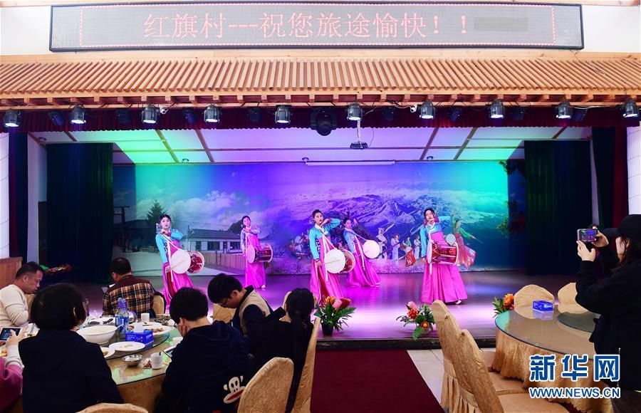游客在红旗村欣赏朝鲜族歌舞(4月16日摄)。新华社记者 林宏 摄
