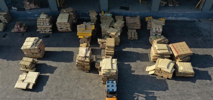 在耿车电商物流园,工人在搬运货物