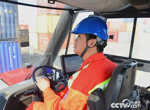 郭希辉:扎根港口装卸一线 玩转货物装卸