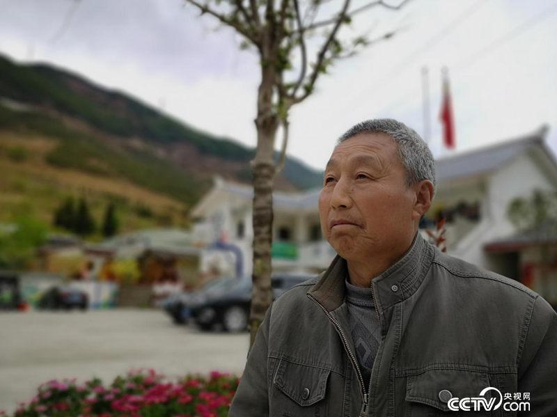 周文寿是二郎山上团结村村民,见证了二郎山近70年的变化。(何川/摄)