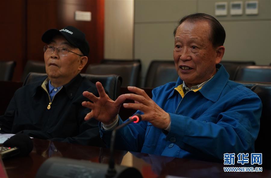 在位于南京的中国电科第14研究所,中国工程院院士、雷达专家贲德(右)在介绍机载火控雷达及其发展趋势(4月23日摄)。 新华社记者季春鹏摄