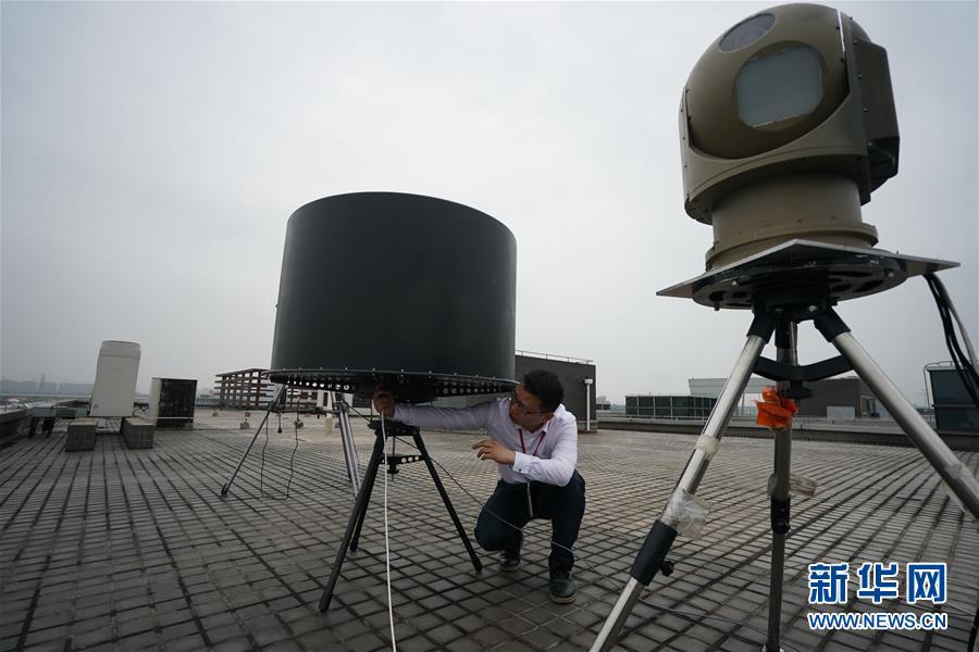 """在位于南京的中国电科第14研究所,科研人员在调试""""蜘蛛网反无人机系统""""(4月23日摄)。  新华社记者季春鹏摄"""