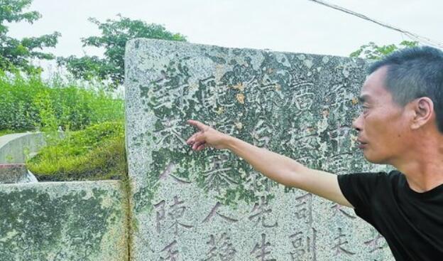 澳头村民向记者介绍蒋芳镛生平。