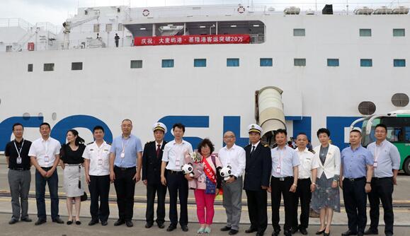 玉环市相关领导参与见证大麦屿港对台海上直航突破20万人次重要时刻。