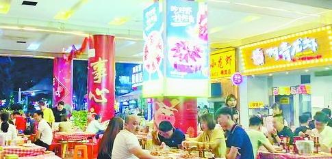 半夜十二点,明发商业广场的小龙虾店生意兴隆。