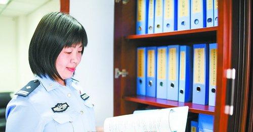 杨妹英在整理档案文件。