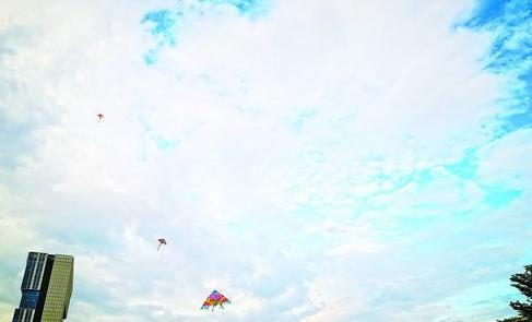 昨日17时许,鹭岛西侧乌云密布,东侧仍有蓝天白云。