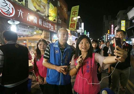 时任国民党高雄市党补主委的韩国瑜(中)曾率李雅静(前排右)、陈玫娟(左二)等10位国民党市议员前往六合夜市拜访摊商,探询生意情况,李雅静还以手机现场直播。