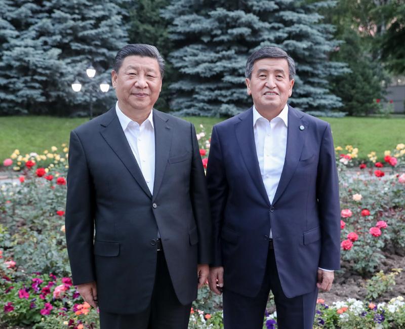 6月12日,甫抵比什凯克的国家主席习近平,应吉尔吉斯斯坦总统热恩别科夫邀请,来到总统官邸。两国元首亲切会见。新华社记者 姚大伟 摄